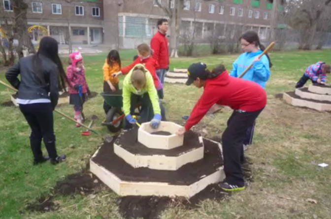 Students apply permaculture principles to building octogardens at Joan of Arc Academy in Ottawa. Credit: Tom Marcantonio.