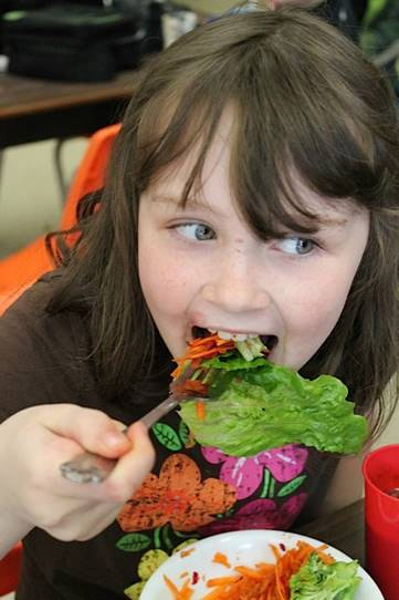 The Evergreen Heights school salad bars gives kids the opportunity to create healthy food futures. Credit: Kelli Ebbs.